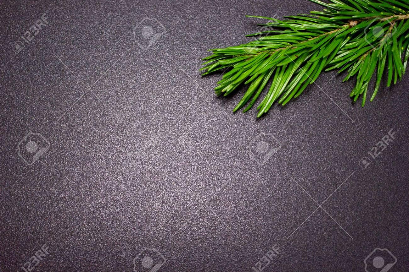 Branche de sapin de noël sur le bureau nouveau fond de noël avec