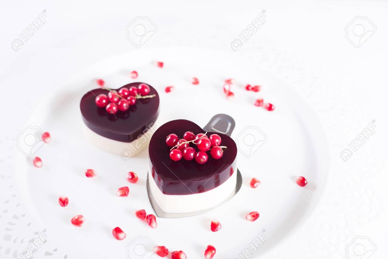 Valentinstag Kuchen In Herzform Auf Weissem Hintergrund Mit Weissem