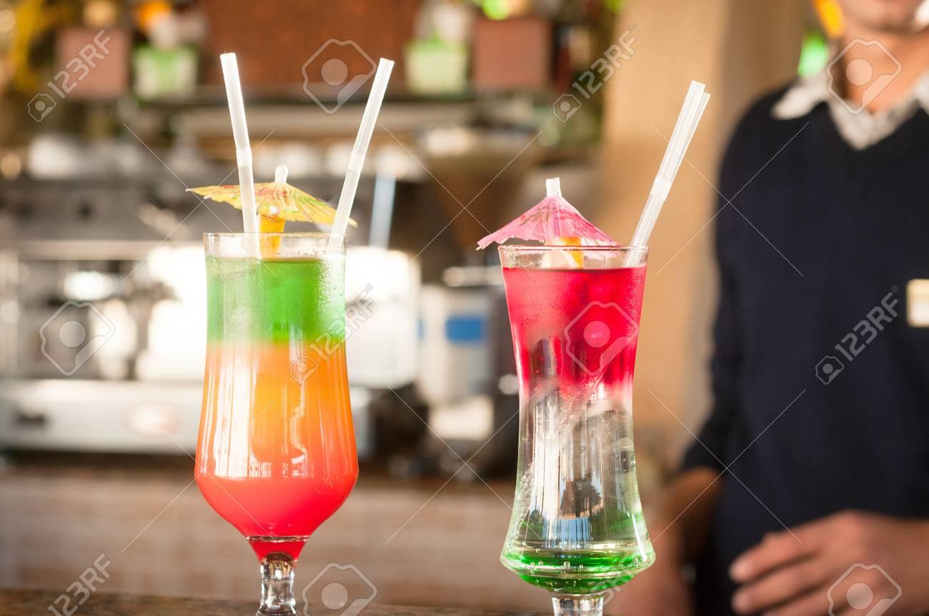Farbige Cocktails Auf Einem Hintergrund Der Bar Bunte Cocktails In ...