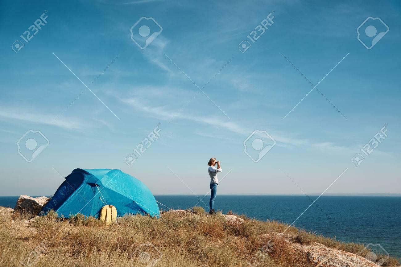 Wanderer der in dem fernglas mit spektakulärem blick auf berg über