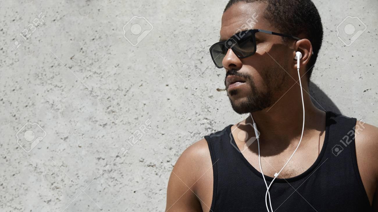 Retrato De Perfil De Esportista Preto Na Camisa Preta Sem Mangas E Hipster  óculos De Sol, Tendo O Resto Após Sua Formação Ao Ar Livre De Manhã, ... 47586461e9