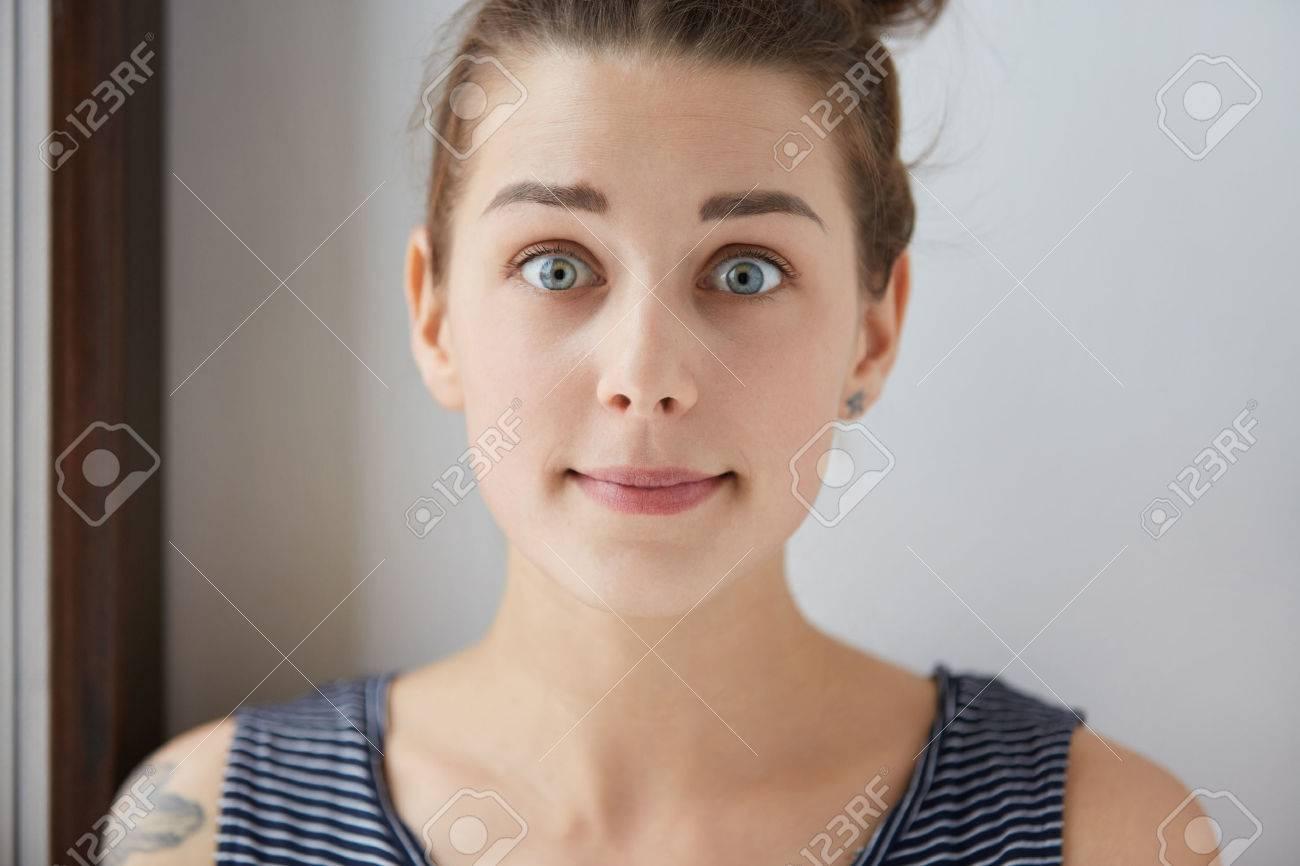 18e72121f40c Standard-Bild - Stilvolle Schuss überrascht Angst kaukasischen Mädchen mit braunen  Haaren, reizend blaue Augen, weiße Haut. Junge Frau mit Tätowierung sieht  ...
