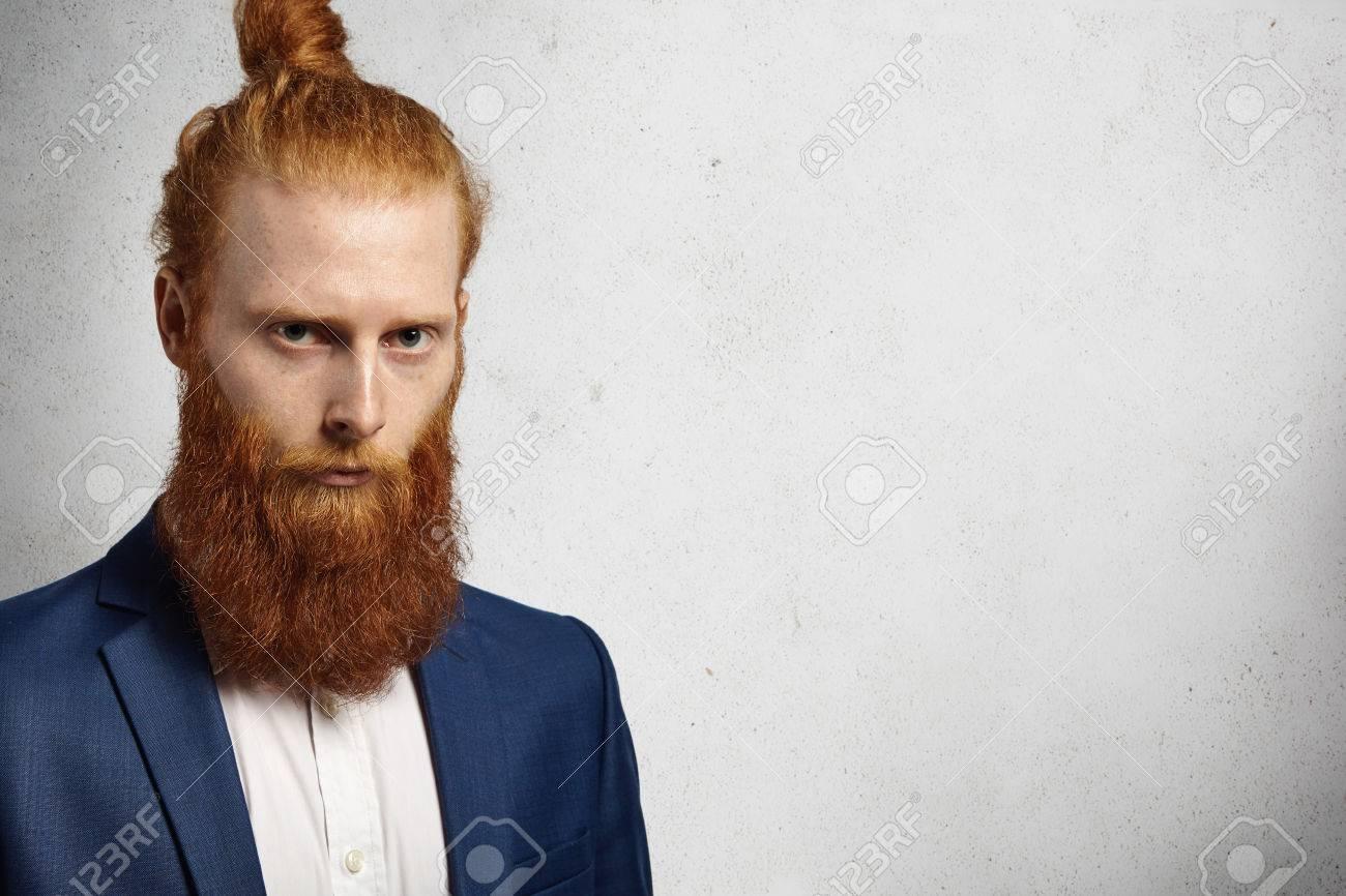 Extrémité réussie d un entrepreneur caucasien avec une coiffure à