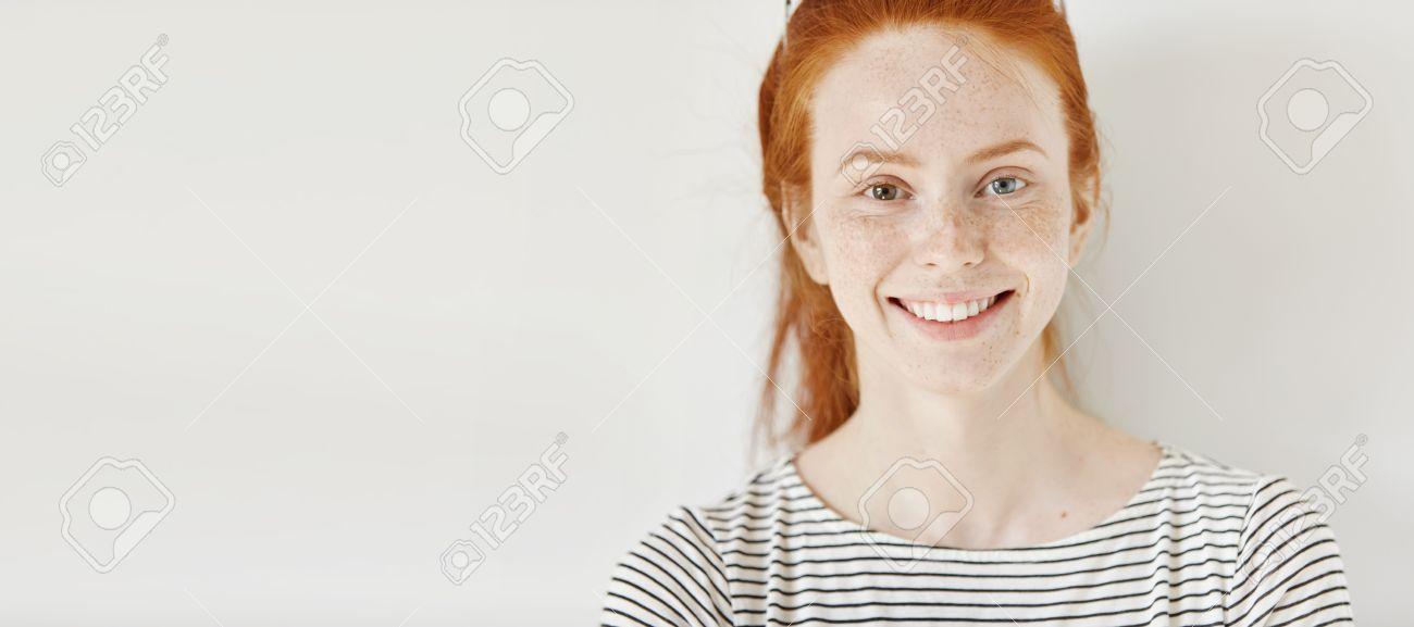 Hétérochromie concept hétérochromie. une jeune femme attrayante avec des cheveux
