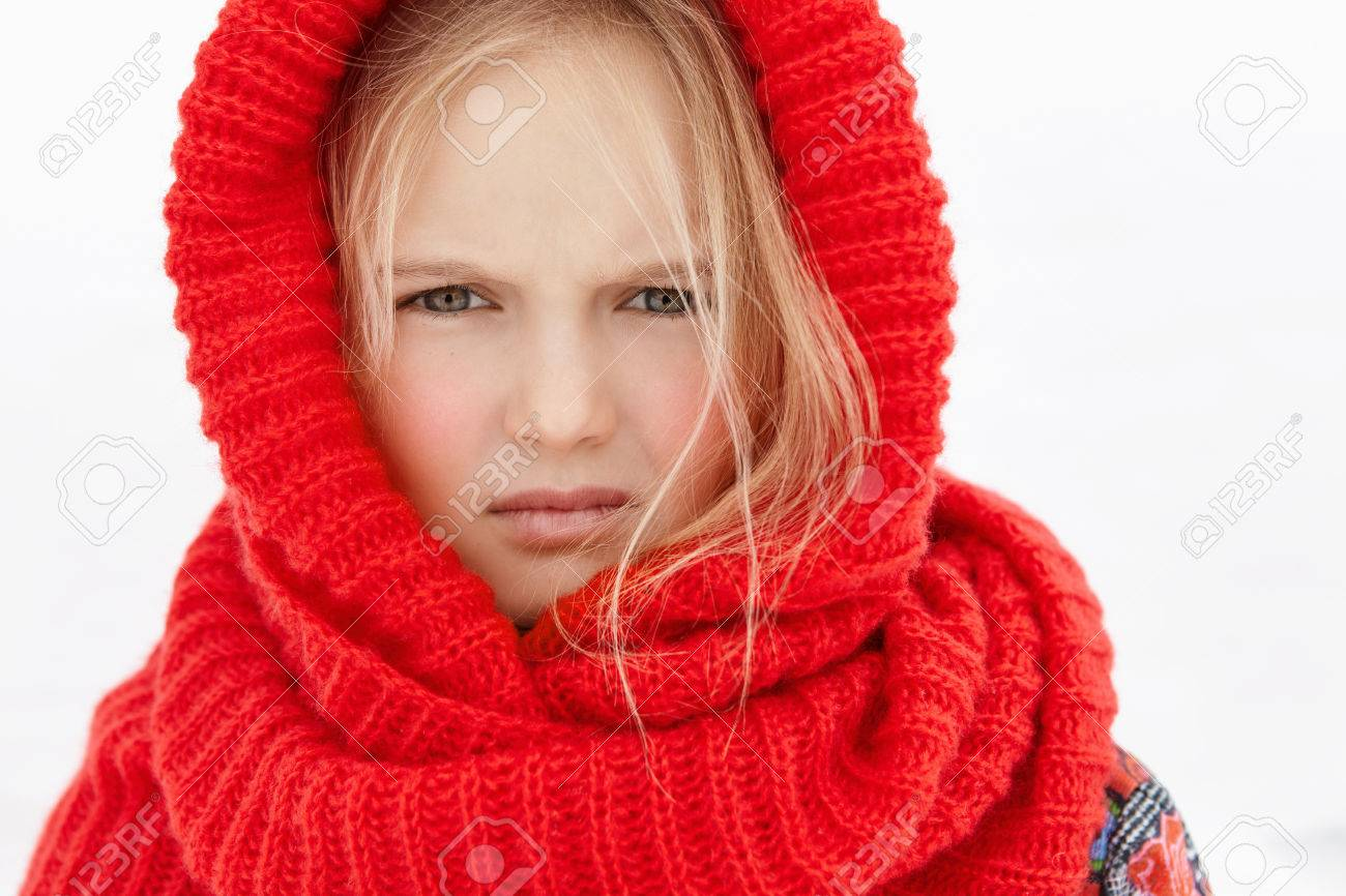 78e11269d18b5 Kopfbild der schönen blonden kaukasischen kleine Mädchen mit roten  Wollschal um Kopf und Hals