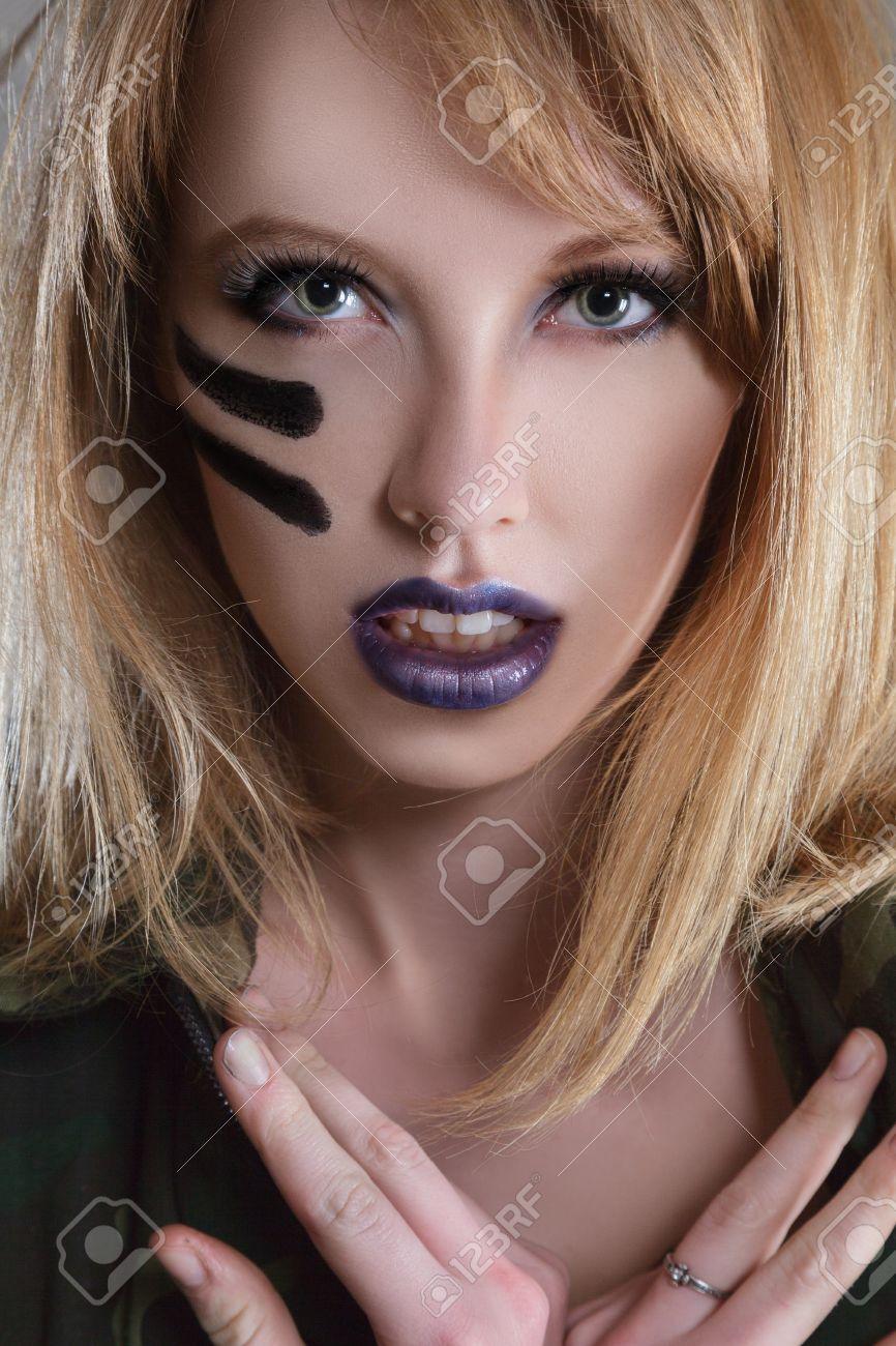 Banque d\u0027images , Belle jeune femme de mode avec des vêtements de style  militaire et le visage peint de maquillage