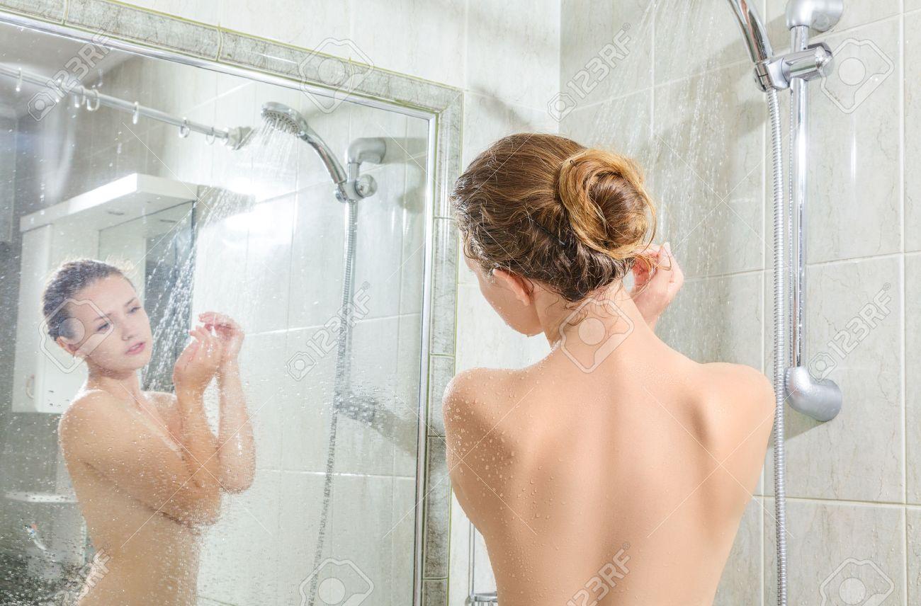 Молодые мамы моются в душе