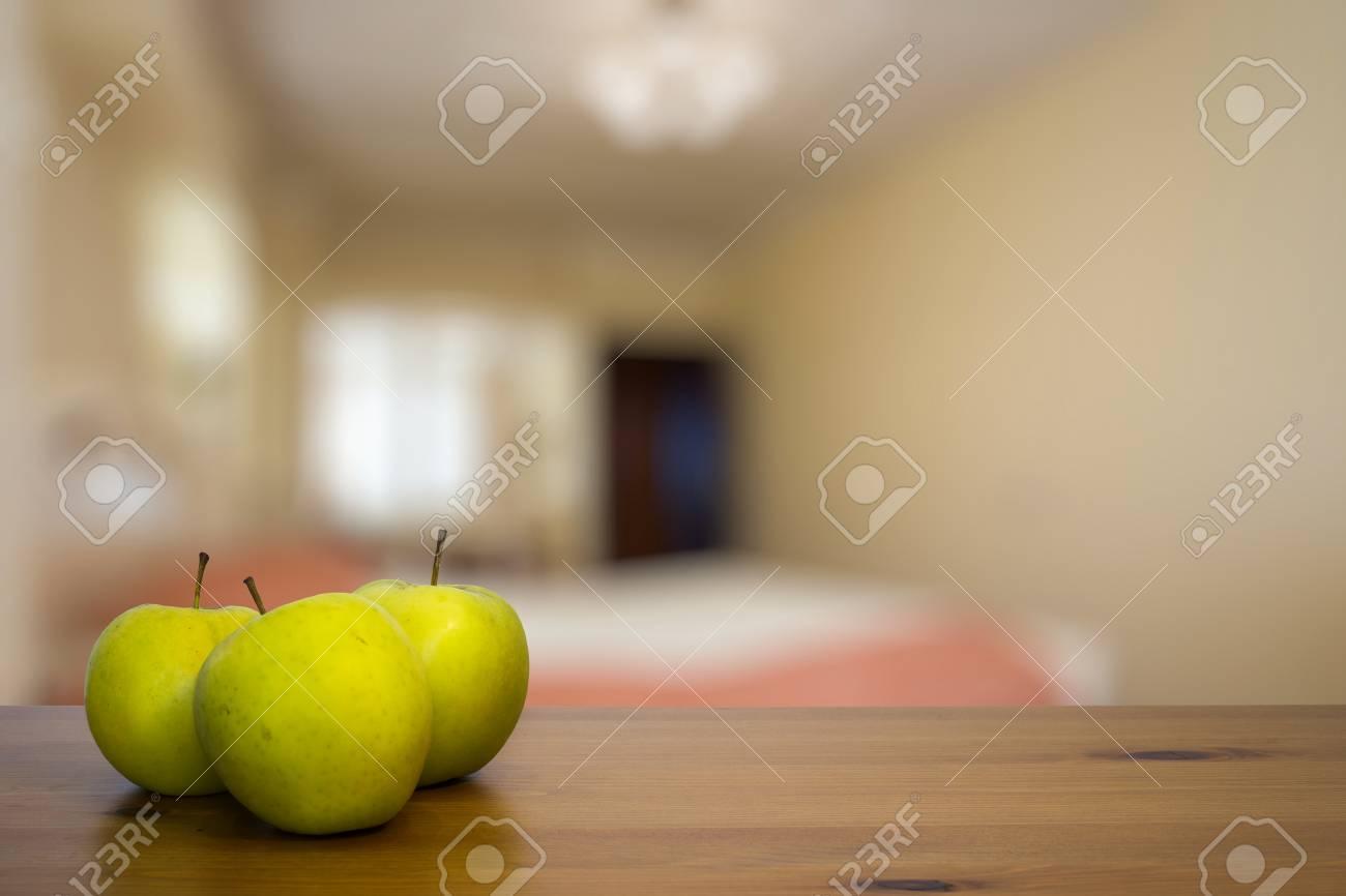 Pomme verte sur table en bois dans la chambre à coucher