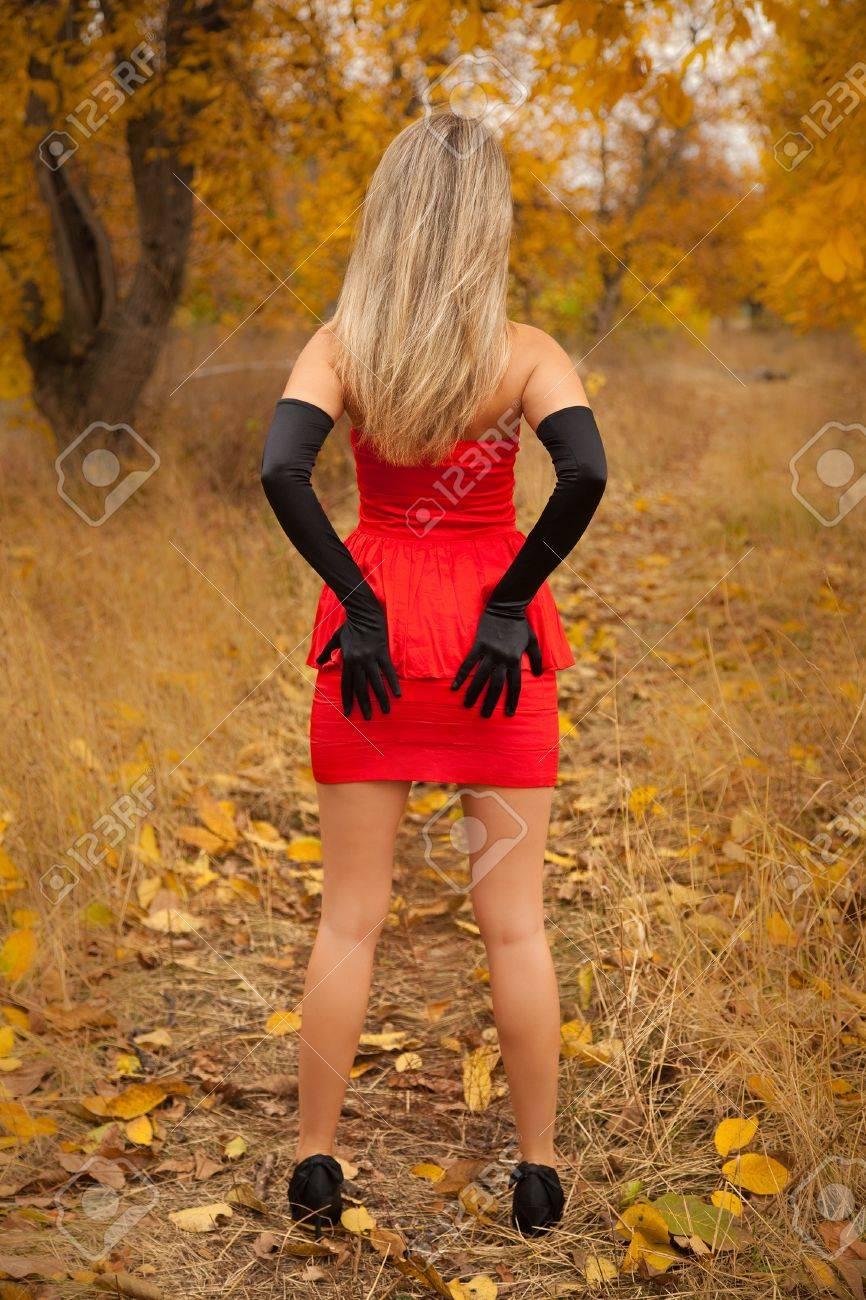 Фотосессия девушка в красном платье сзади