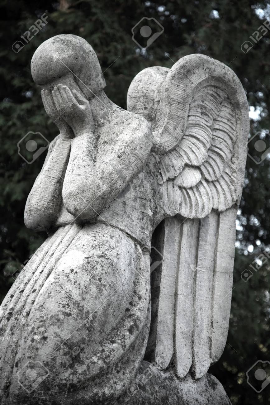 Ange Qui Pleure la figure d'un ange qui pleure. symbole de la tristesse, de l'amour