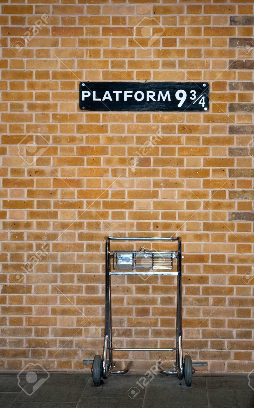 Platform 9 34 & Trolley - 92411650