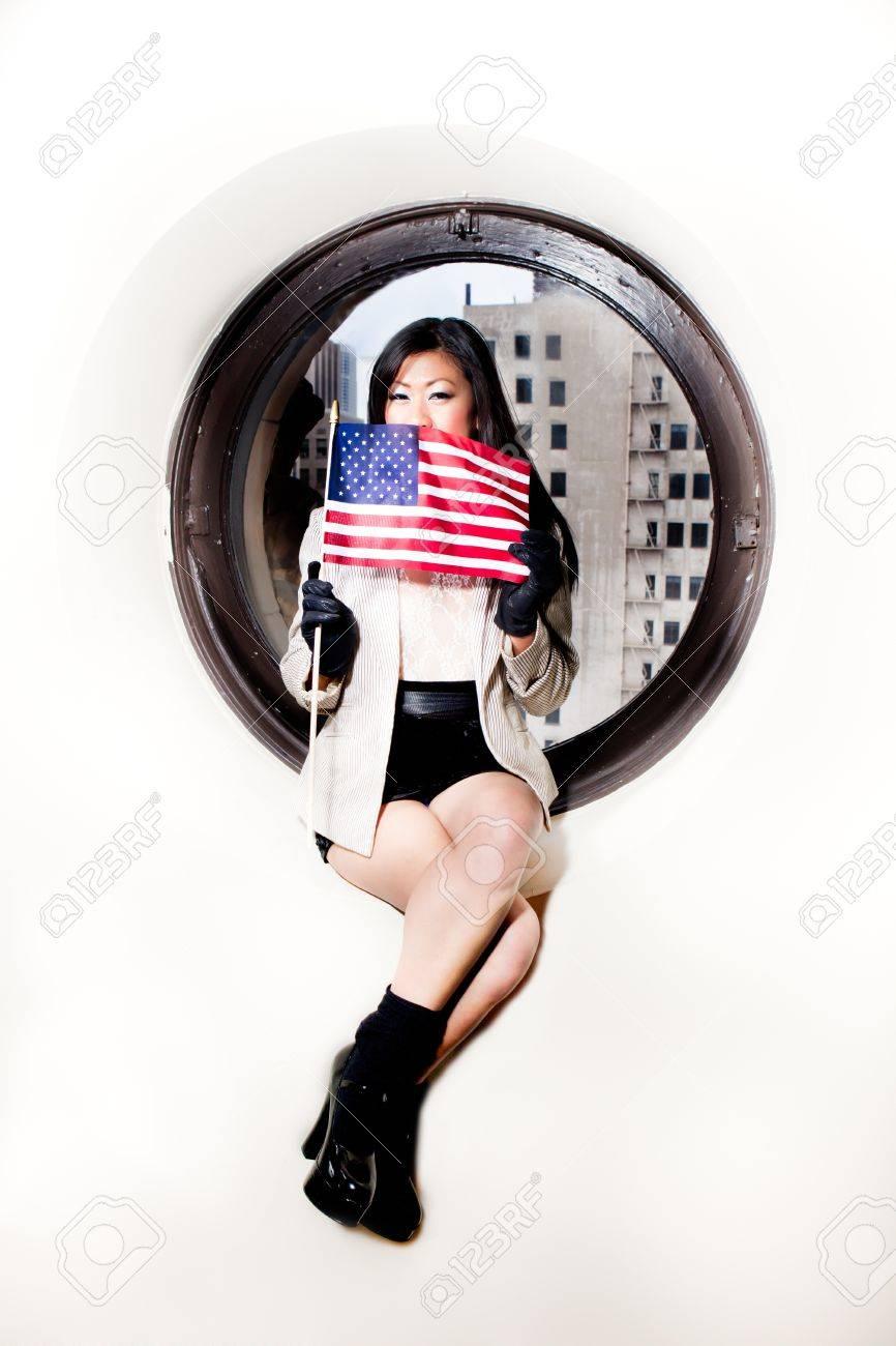 Son Visage Dans Asiatique Sexy Sur Un Américain Femme Drapeau Tenant x0qxHUa