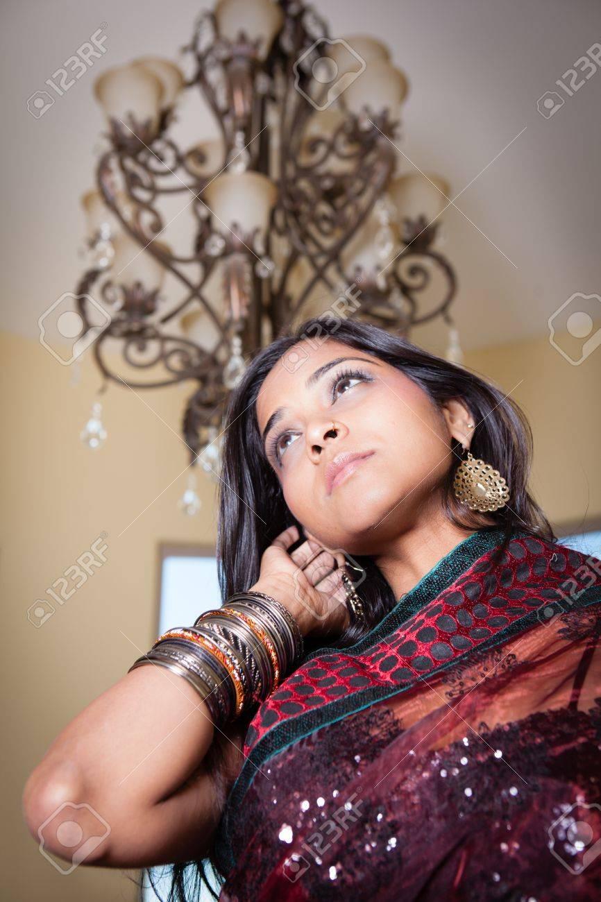 Herrliche Schöne Indische Frau Unter Einem Kronleuchter Nahaufnahme  Standard Bild   18350641