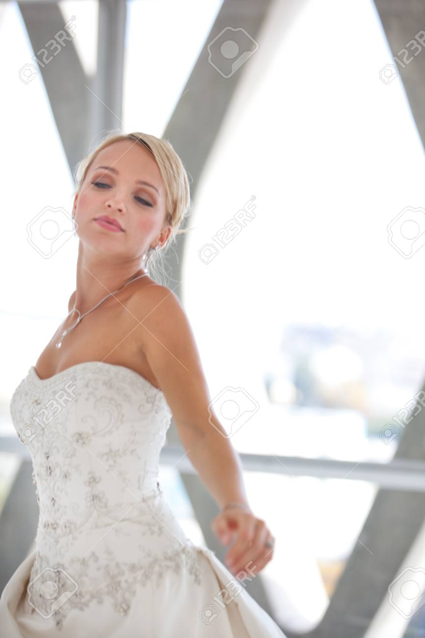 Légant Belle Fiancée De Danse Blonde Dans La Fenêtre D\'un Immeuble ...