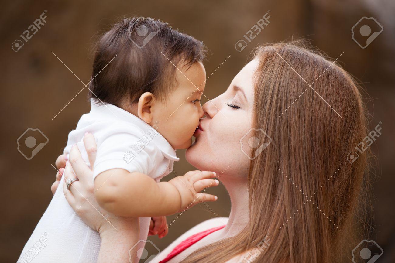 Сын чмокнул свою мать, Сын ебёт маму -видео. Смотреть сын ебёт маму 13 фотография