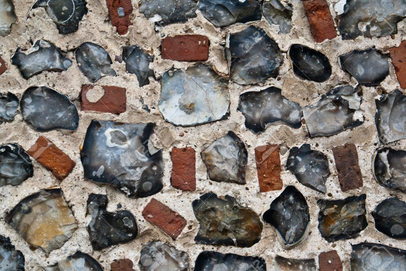 Un muro di pietra e mattoni di selce esterni foto royalty free ...