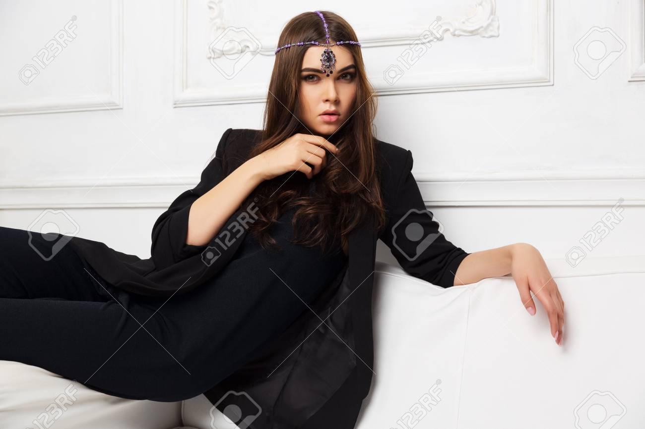 Mujer Chaqueta Sentada Negra El Sofá Moda Casa Joven Fotos En 0m8wOyvnN