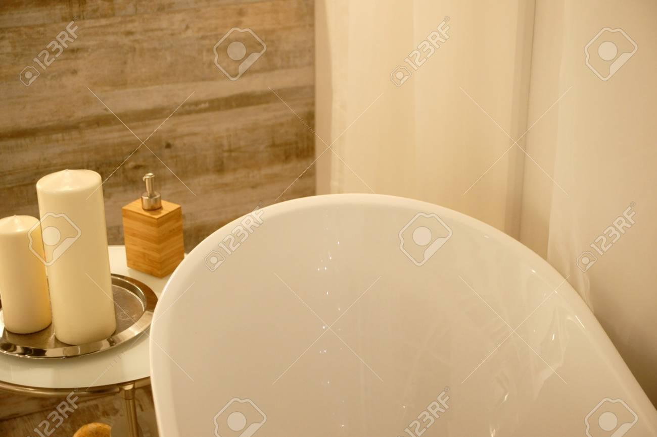 Vasca Da Bagno Romantica : Bagno vasca da bagno e decorazioni romantiche foto royalty free