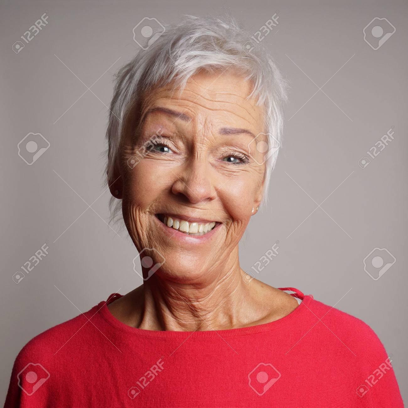 Archivio Fotografico - Felice donna più anziana negli anni  60 con i capelli  corti alla moda dei capelli bianchi ridendo c61195b530a6