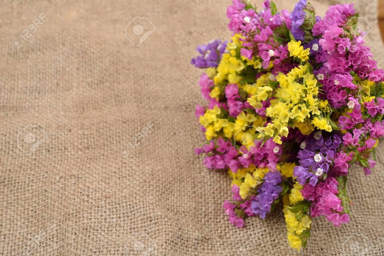 Ramo Seco De Color Sobre Un Fondo De Yute Rústico Hermoso Arreglo De Flores Situada En El Estilo De Arpillera De La Vendimia útil Como Fondo De