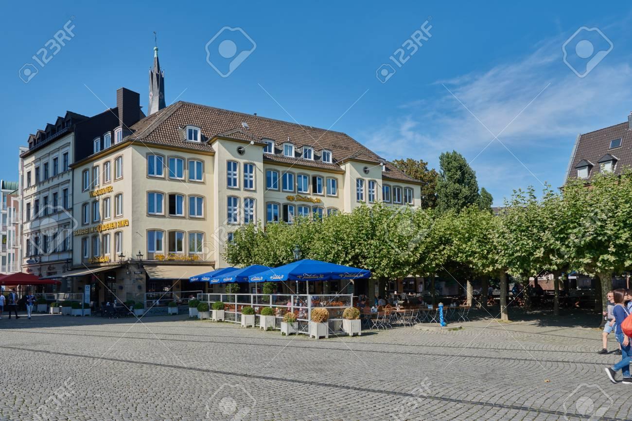 DUESSELDORF, DEUTSCHLAND - 17. AUGUST 2016: Besucher Genießen Essen ...