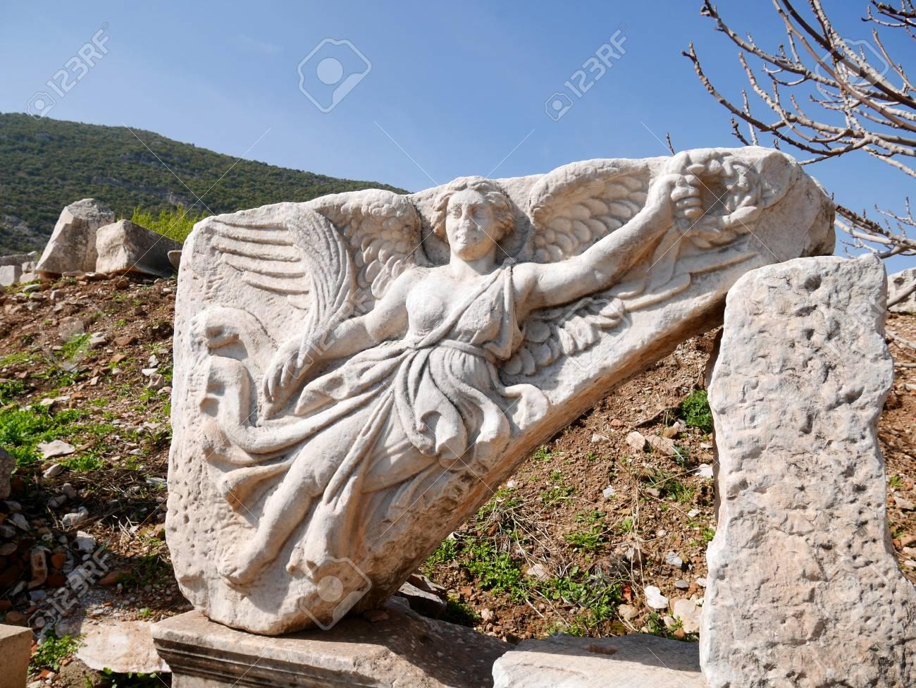 huge selection of 9f9ee ace7f Estatua de mármol de Nike, la diosa de la victoria, en Éfeso, Turquía