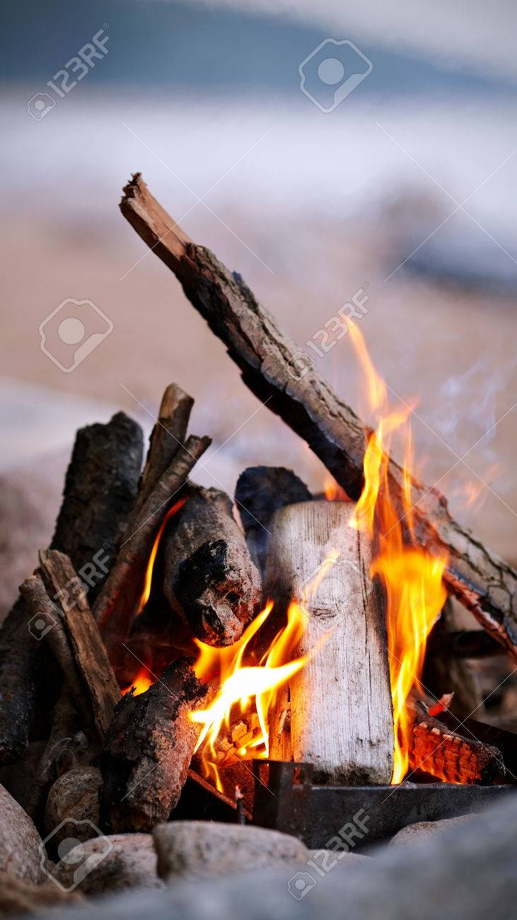 Bright campfire. Fire in marching conditions. Standard-Bild - 26164206