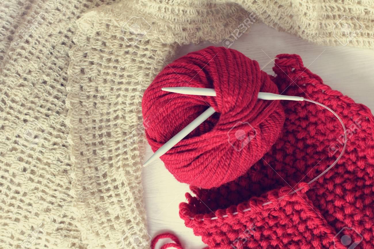 6a2972721254 Banque d images - Pelote de laine et aiguilles à tricoter sur fond écharpe  et châle à la main   vêtements chauds pour la saison d hiver