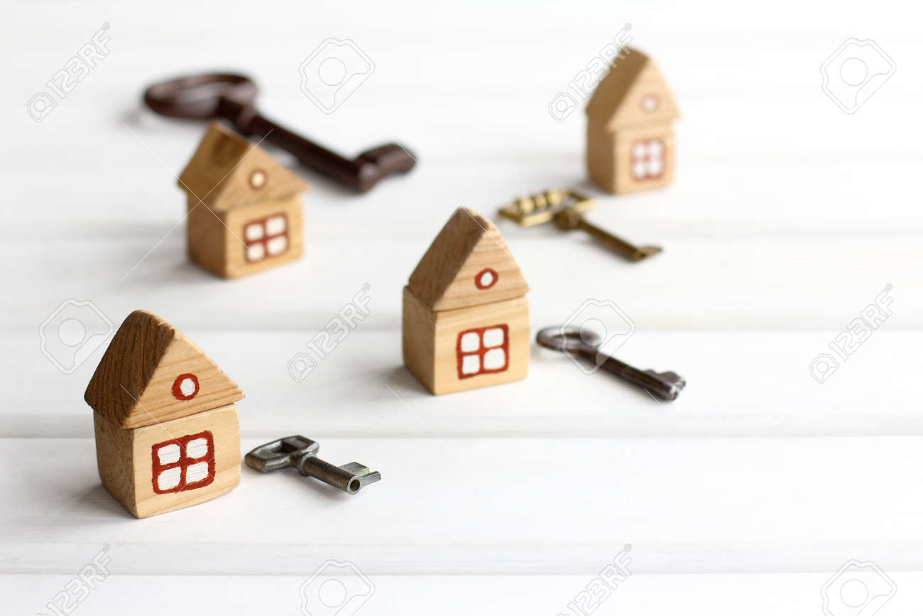 separate houses and keys to them. separate housing for self-isolation - 171299140