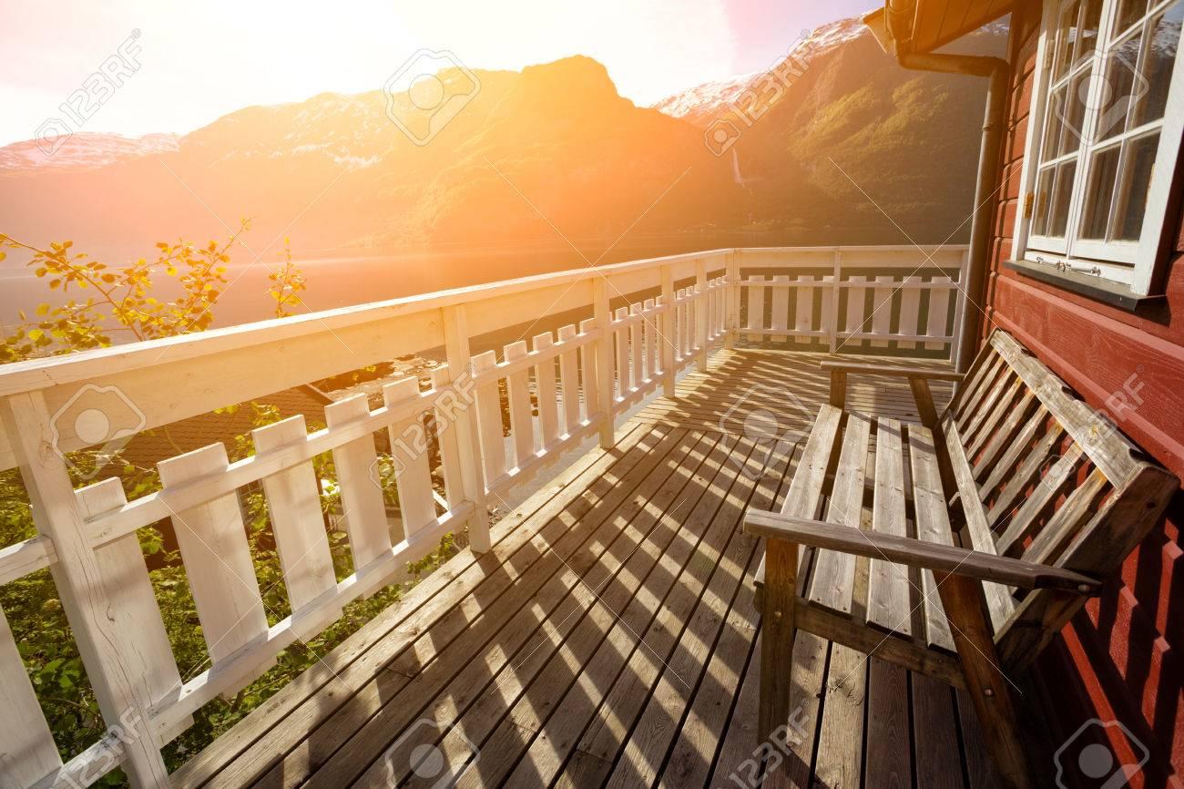 Bancos Para El Descanso En La Terraza De La Casa De Noruega Con Las Montañas Y Una Cascada En El Fondo Noruega