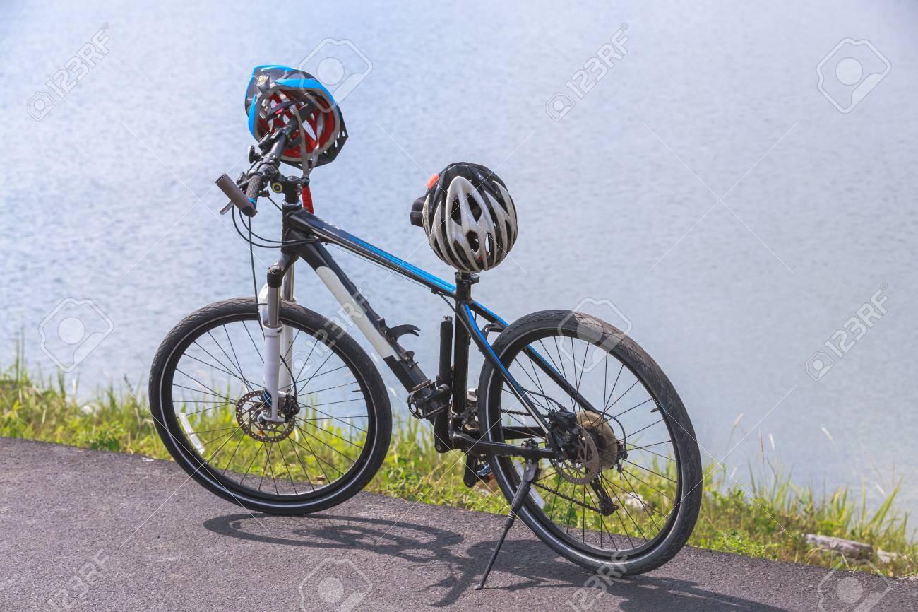 Cyclo Cross Vélo Avec Un Casque Debout Sur La Route Près Du