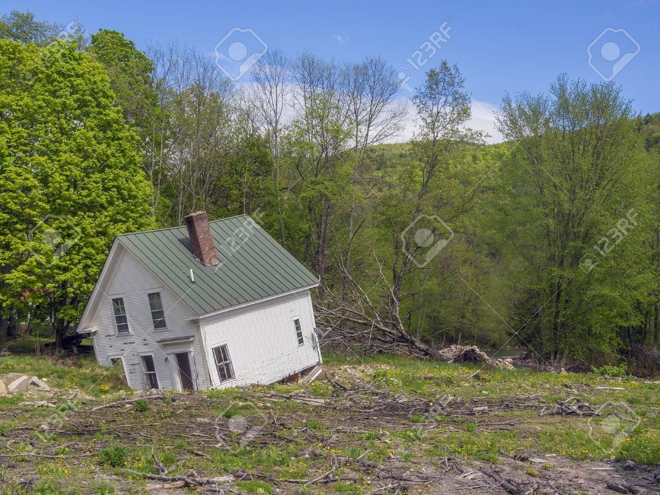 Casa Destruida En El Río Vermont Inundaciones Fotos, Retratos ...