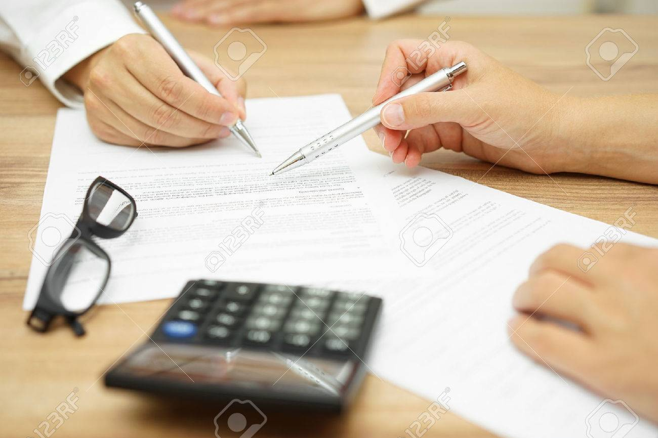 Businesswoman is explaining terms and conditions in agreement to his client before he sign the document Standard-Bild - 47721167