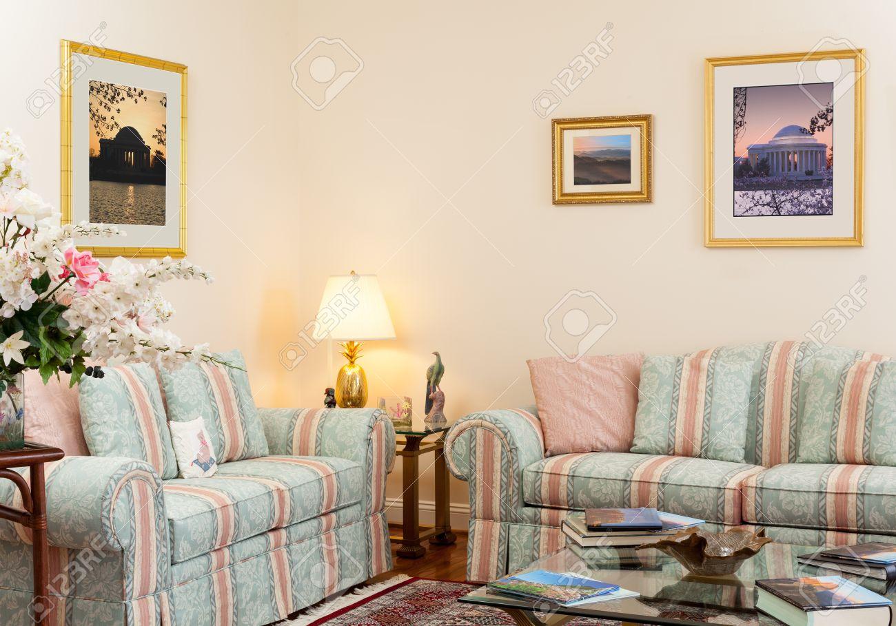 soggiorno moderno con divani verdi e rosa, tavolo di vetro, libri ... - Soggiorno Moderno Con Tavolo E Divano