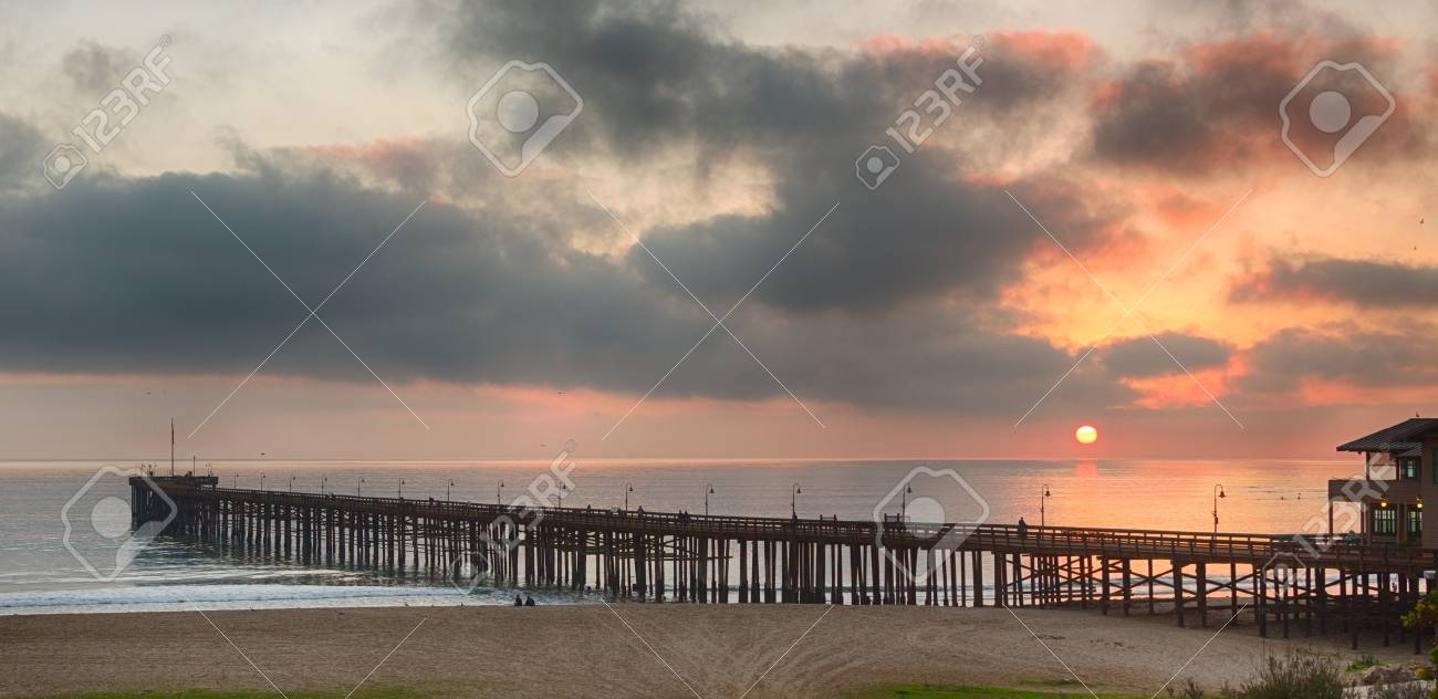 Embarcadero En La Costa De Ventura En California Mientras El Sol Se ...