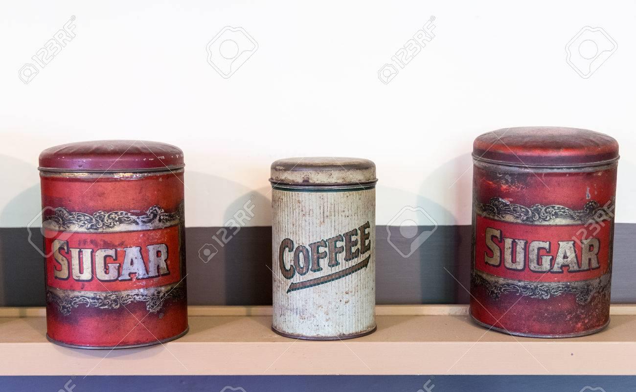 Drei Dosen Im Regal In Speisekammer Hält Kaffee Und Zucker Aus Der ...