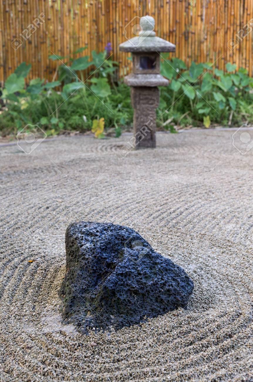 Grande Roche Volcanique Ancre Les Japonais Commissionnees Pierre Jardin Zen Avec Lanterne Et Cloture En Bambou A Kauai Hawai