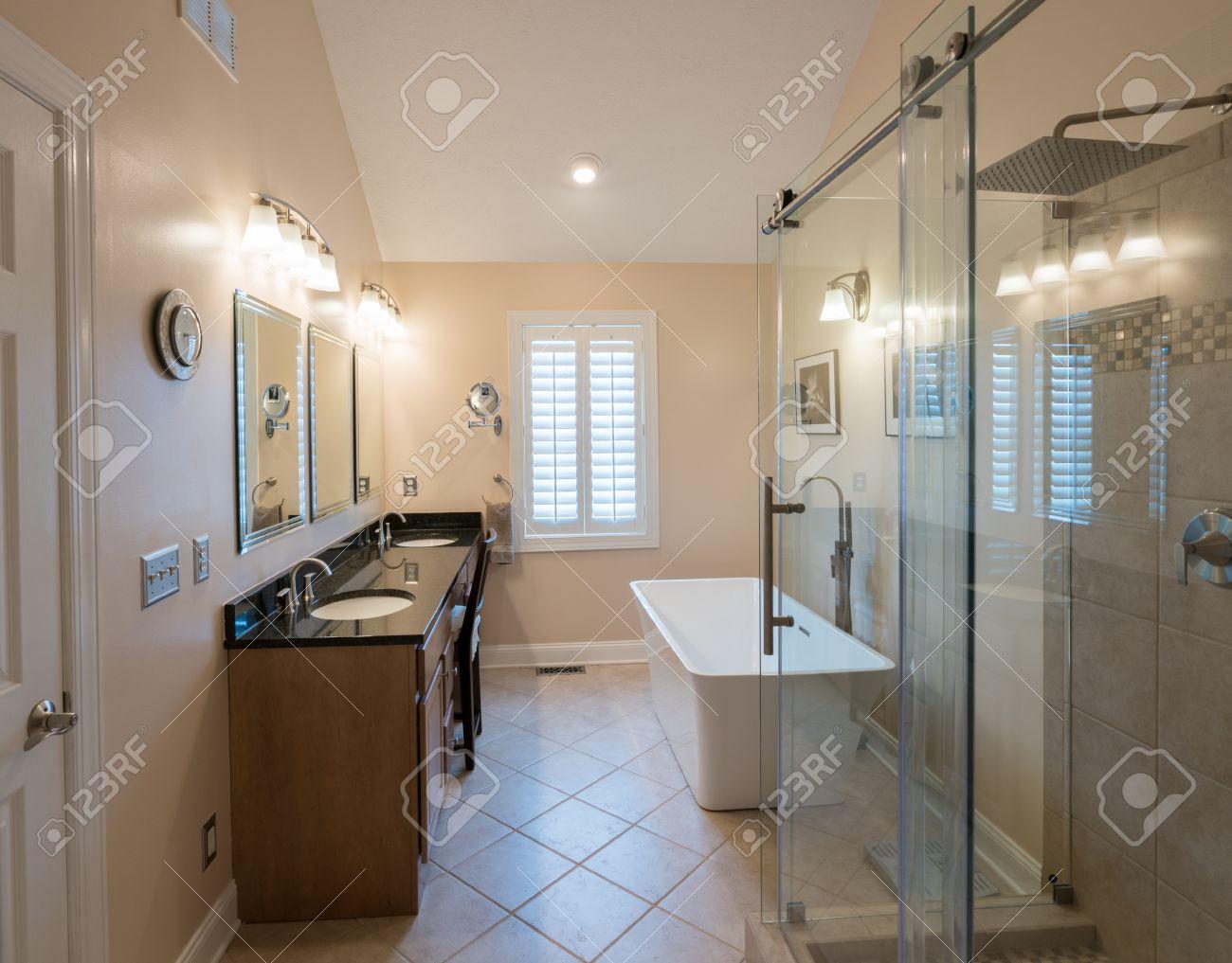 interno del bagno moderno con vasca standalone, cabina doccia e ... - Bagni Moderni Con Vasca E Doccia