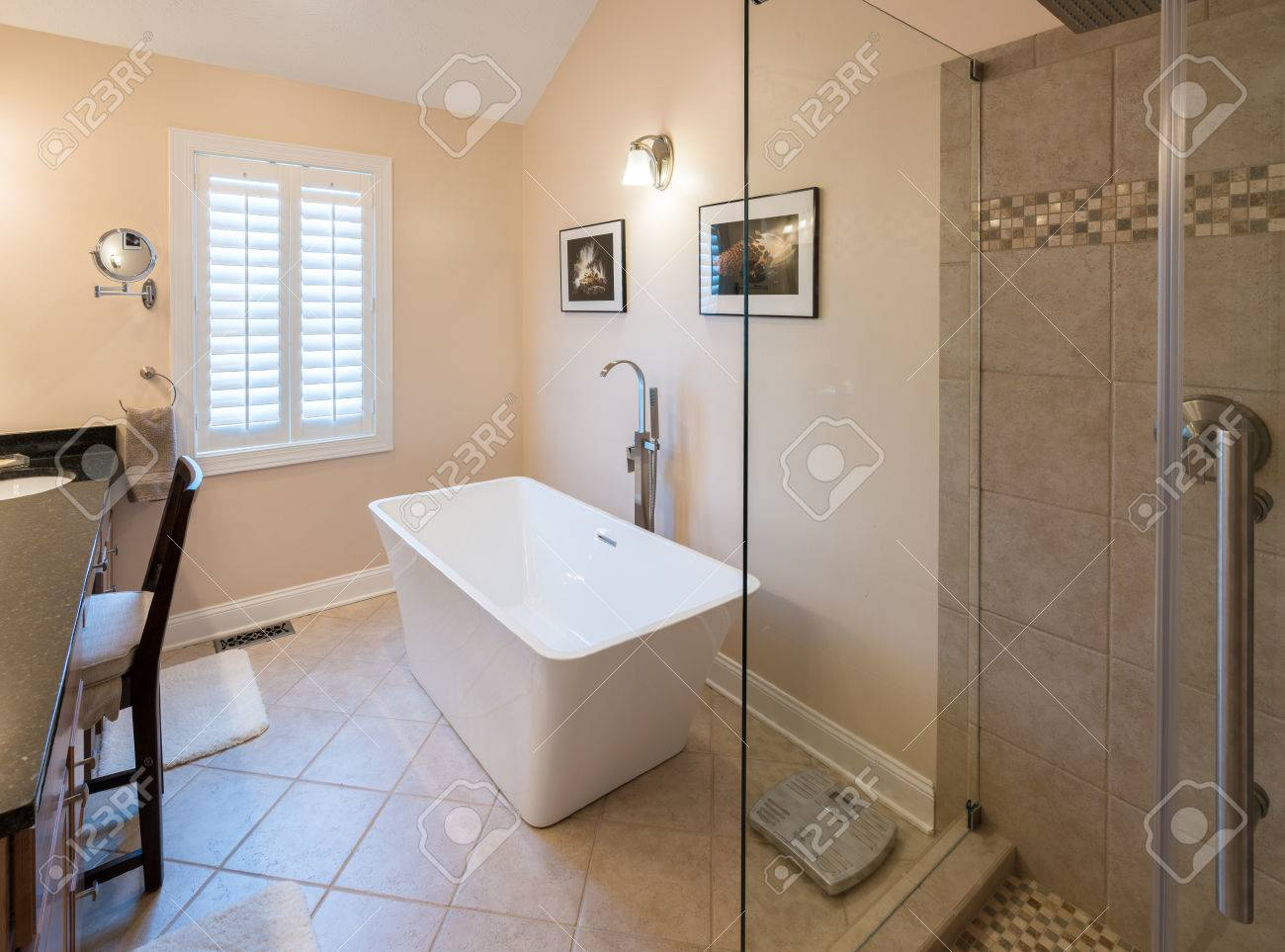 Intérieur De Salle De Bains Moderne Avec Baignoire Baignoire - Salle de bain moderne avec baignoire
