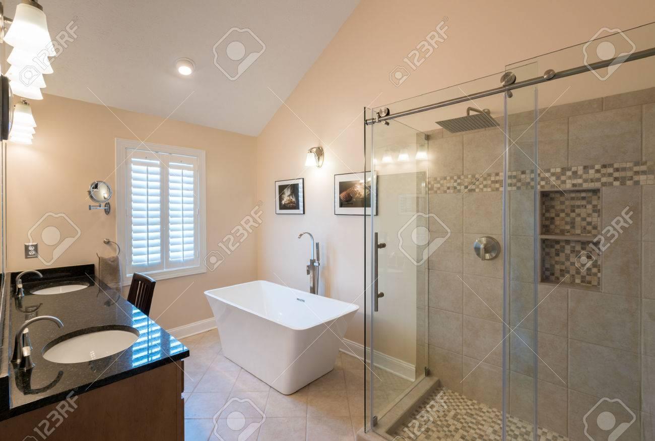 Das Innere Der Modernen Badezimmer Mit Standalone Wanne, Begehbarer Doppel  Geflieste Dusche Und Granit