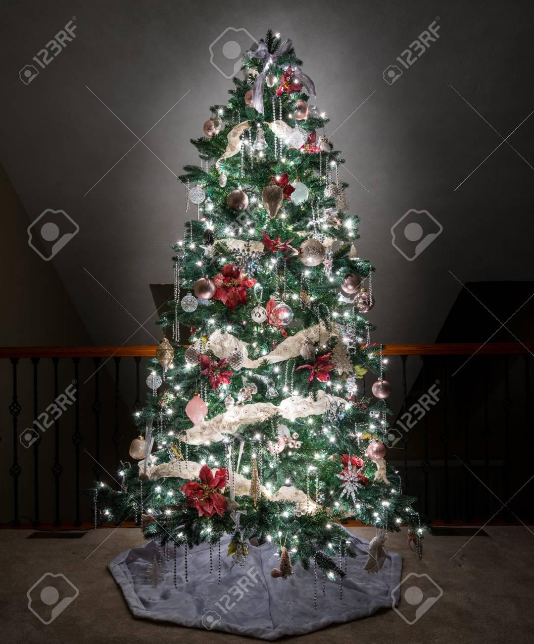 Adornado Y Decorado Arbol De Navidad En El Balcon Superior De Una