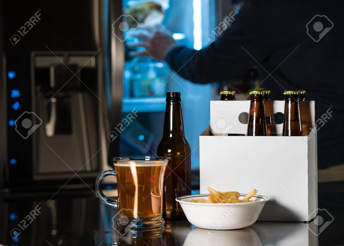 Kühlschrank Krug : Six pack braunen bierflaschen in einfachen weißen karton träger mit