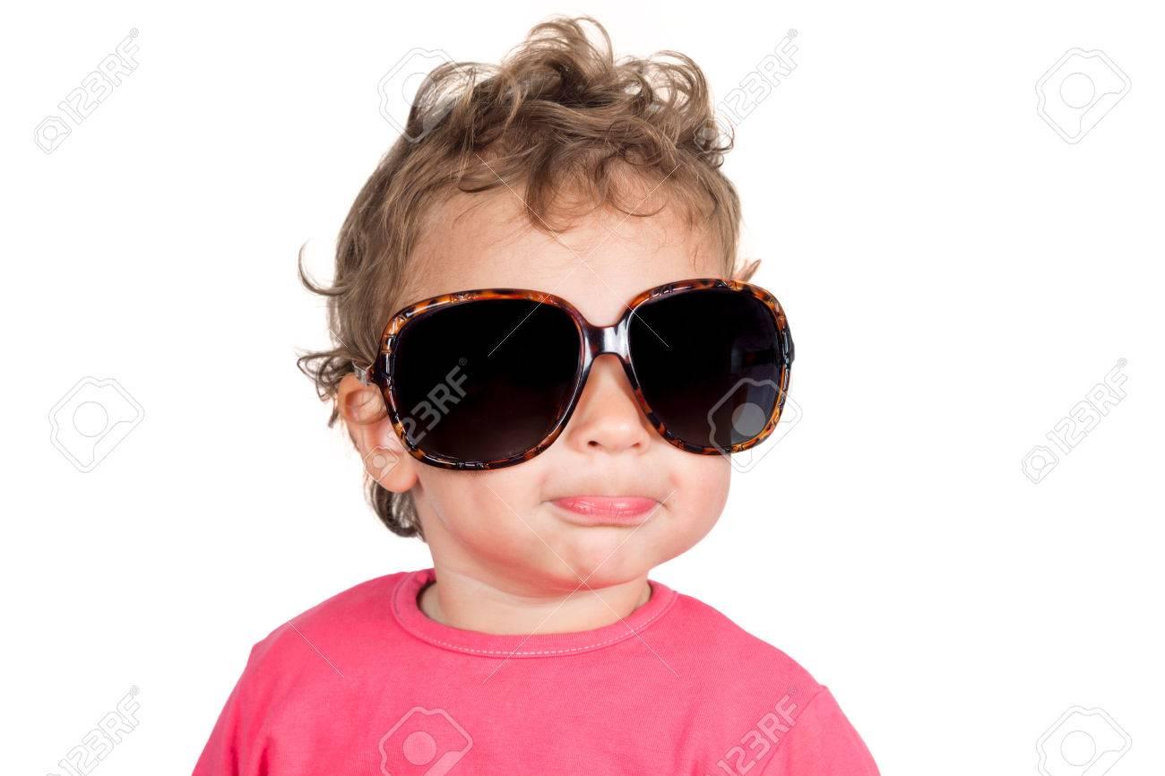 nuovo concetto 251ef e5f0a Positivo bambino con gli occhiali da sole retrò isolato su sfondo bianco