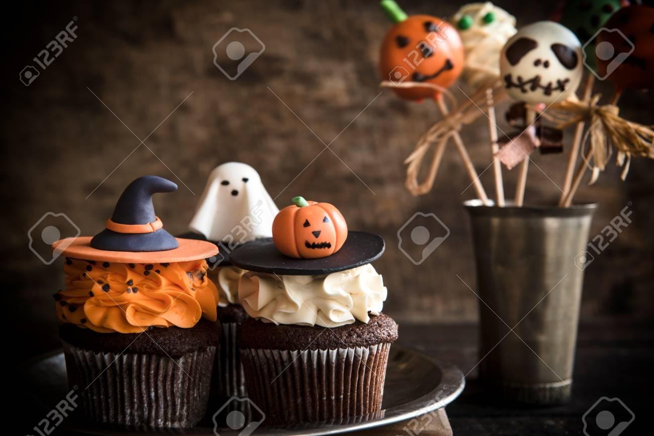 Lustige Tasse Kuchen Und Kuchen Knallt Als Halloween Dekoration Auf Dem Holzernen Hintergrund Selektiven Fokus Lizenzfreie Fotos Bilder Und Stock Fotografie Image 62543330