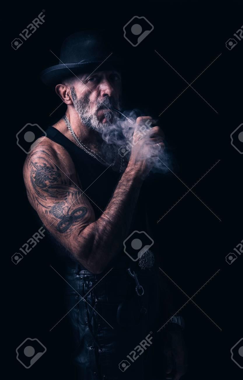 les pipeux tatoué  65660782-portrait-der-st%C3%A4dtischen-mann-der-pfeife-rauchen-low-key
