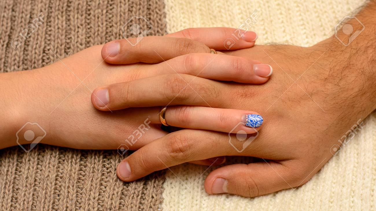 Foto Von Zwei Handen Mit Schonen Hochzeitsringen Auf Braunem Weissem