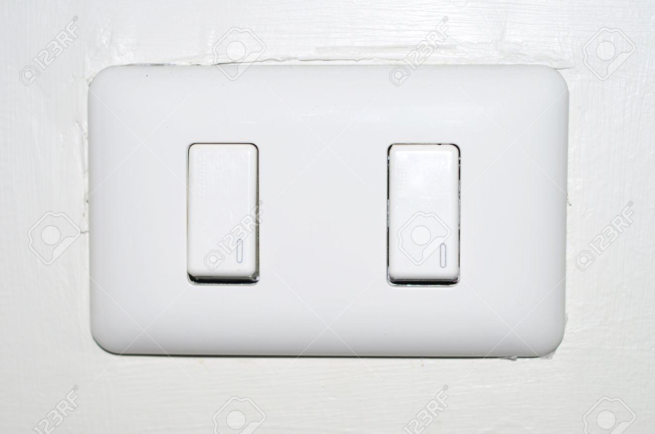 doppelte weiße lichtschalter auf weißem hintergrund lizenzfreie