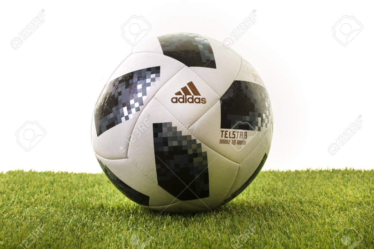 SWINDON, HET UK 18 NOVEMBER, 2017: Adidas Telstar Top Glider World Cup 2018 voetbal, de officiële matchball voor de Wereldbeker 2018 Rusland.