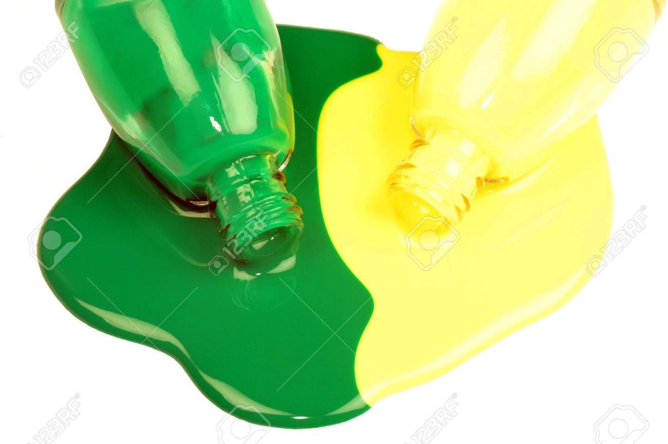 Los Esmaltes De Uñas Verdes Y Amarillos Son Derramados Sobre Fondo ...