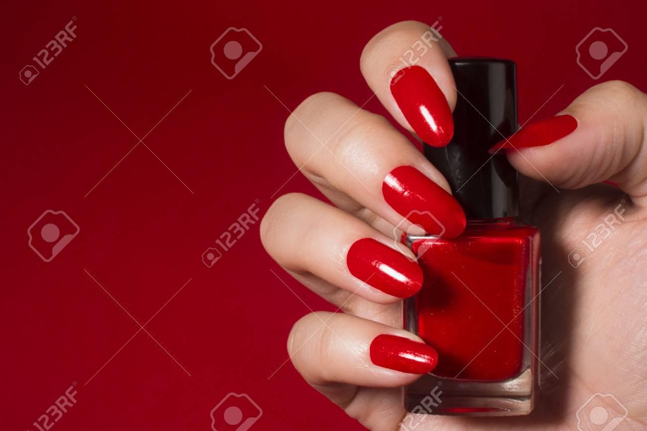 Mujer Con Las Uñas De Color Rojo Tiene El Esmalte De Uñas De Color Rojo Sobre Fondo Rojo